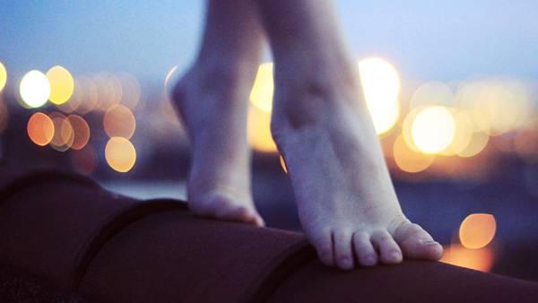 06.裸足の足元と玉ボケを撮影した美しい写真壁紙画像