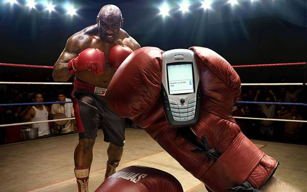 02.ボクシングの試合中に携帯を見るユニークな写真壁紙画像