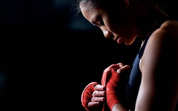 06.赤いバンテージを巻く女性ボクサーを撮影したかっこいい写真壁紙画像