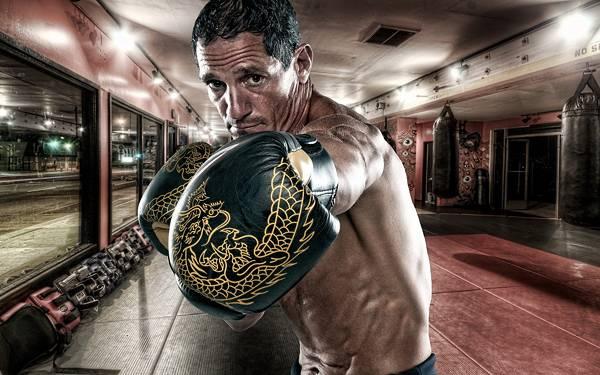 08.ボクシングジムで拳を突き出したポーズの男性を撮影した写真壁紙画像