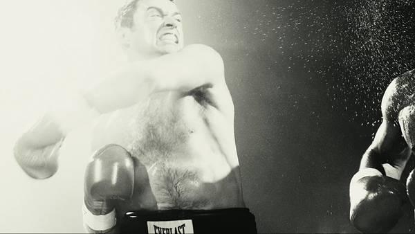 09.激しいパンチを振りぬいた瞬間のボクサーを撮影した写真壁紙画像