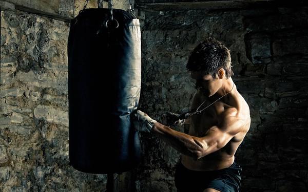10.サンドバッグを叩く練習中のボクサーを撮影したカッコイイ写真壁紙画像