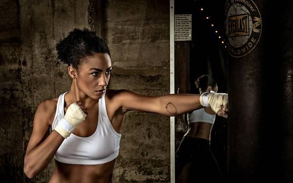 12.サンドバッグにパンチする女性ボクサーのカッコイイ写真壁紙画像
