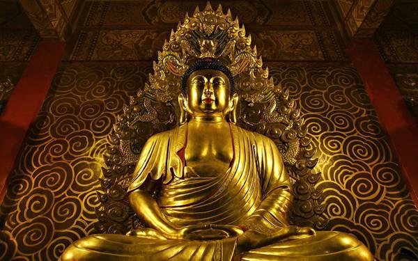 03.黄金に光り輝く鎮座した仏像を撮影した美しい写真壁紙画像