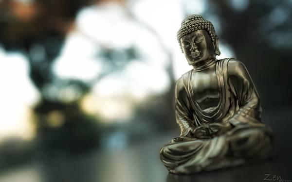 04.座禅を組んだ仏像を浅い被写界深度で撮影した綺麗な写真壁紙画像
