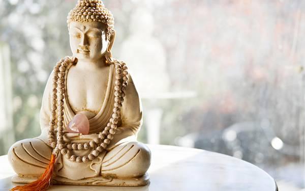 06.数珠を肩からかけた仏像を明るい色合いで撮影した写真壁紙画像