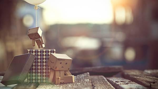 01.箱によりかかったダンボーと風船をつけたダンボーの綺麗な写真壁紙画像