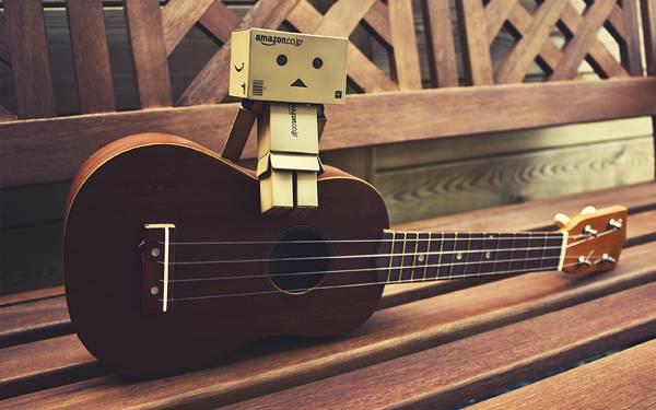 02.アコースティックギターに座ったダンボーの可愛い写真壁紙画像