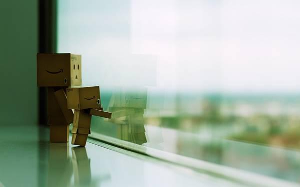 07.窓の外を見つめるダンボー親子の綺麗な写真壁紙画像