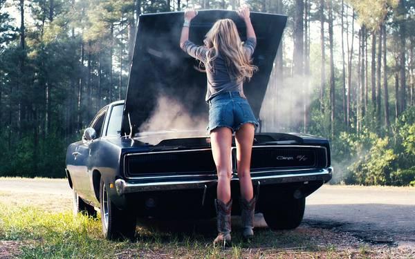 05.エンストした車の中を覗く女性の後ろ姿の写真壁紙画像