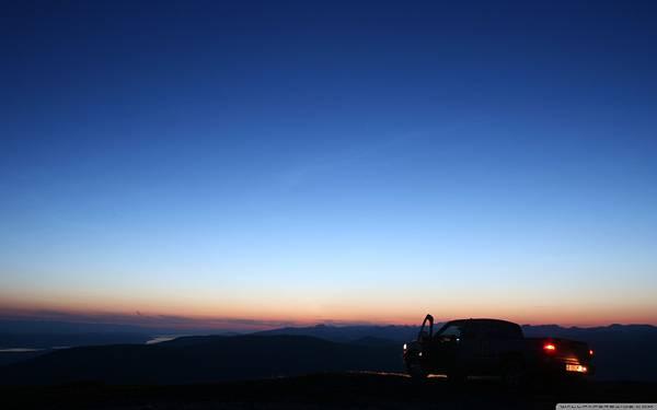 08.夕日の沈む丘に止めた車の美しい写真壁紙画像