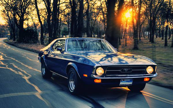 10.夕日の道をドライブするマスタングの綺麗な写真壁紙画像