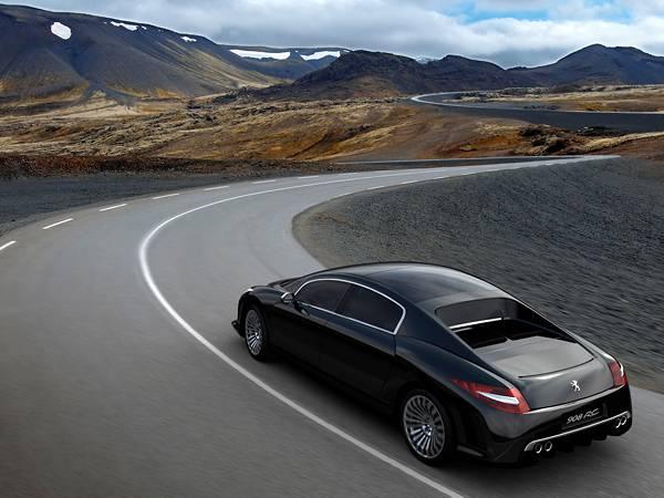 11.美しい山脈の見える道をドライブする車の写真壁紙画像