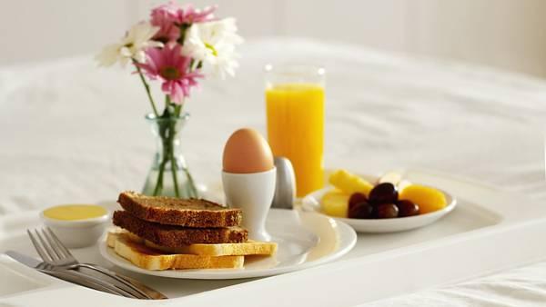 04.卵やトーストにフルーツの朝食セットの綺麗な写真壁紙画像