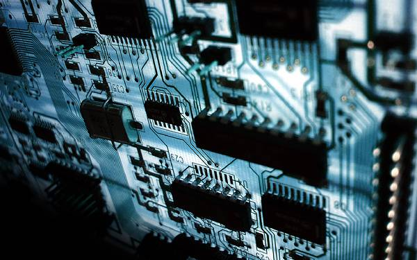 04.ブルーのライトで照らされた電子回路の綺麗な写真壁紙画像