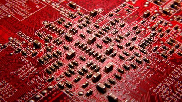 12.赤い基板の上の電子回路を撮影したかっこいい写真壁紙画像