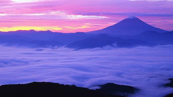 02.朝焼けと分厚い雲に包まれた富士山の美しい写真壁紙画像