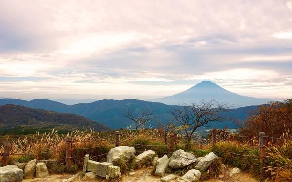 03.岩と柵の向こうに見える富士山を撮影した綺麗な写真壁紙画像