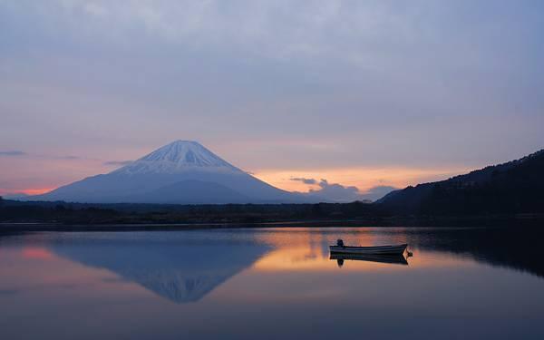05.富士山の映る湖に浮かぶボートの綺麗な写真壁紙画像