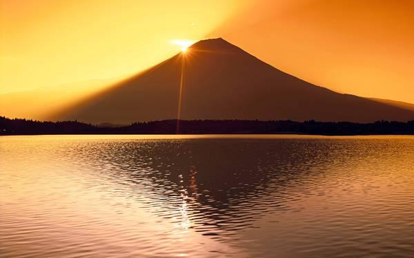 06.富士山の頂上あたりに沈む夕日を撮影した美しい写真壁紙画像