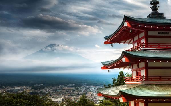 07.忠霊塔と富士山を撮影した和風の写真壁紙画像
