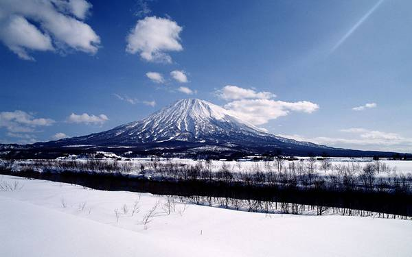 08.雪道と富士山を撮影した爽やかな写真壁紙画像