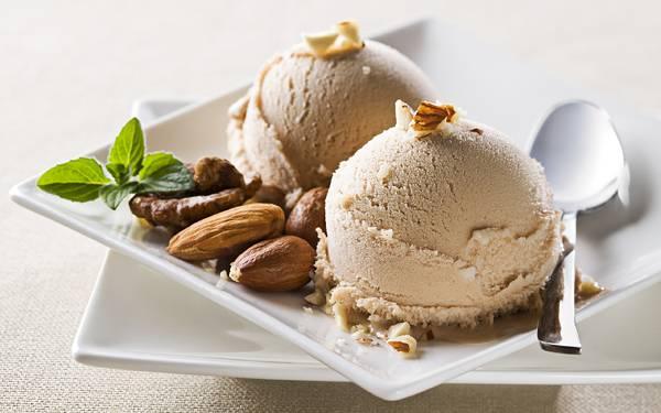 02.お皿に盛ったアイスクリームとナッツとミントの写真壁紙画像