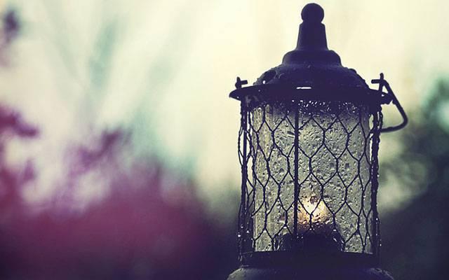 04.雨に濡れたランプをアップで撮影した綺麗な写真壁紙画像