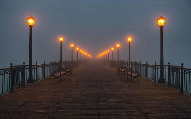 09.ずらっとランプが並んだ橋を対称の構図で撮影した写真壁紙画像