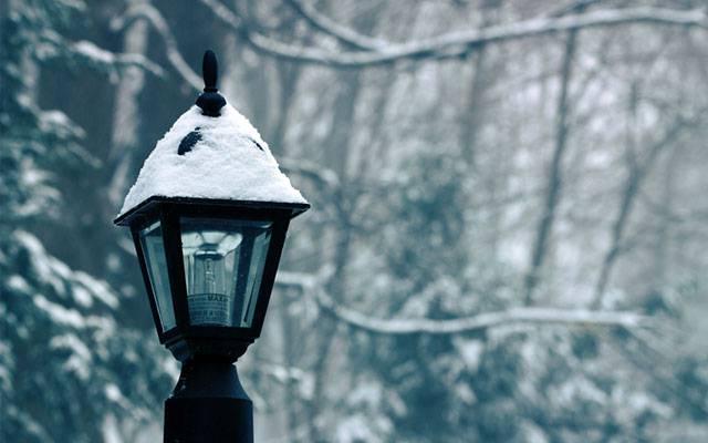 11.雪の積もる街灯のランプを撮影した綺麗な写真壁紙画像