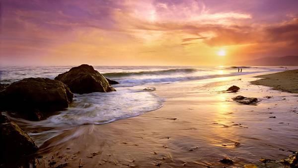 02.夕焼けの空と渚の波を撮影した綺麗な写真壁紙画像
