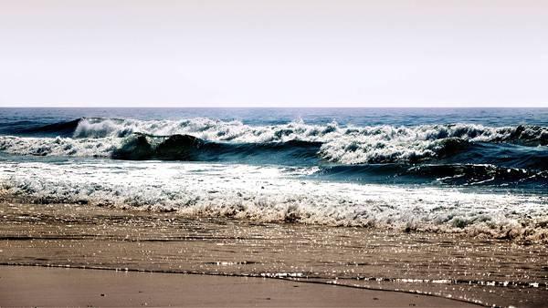 04.浜辺に打ち寄せる高い波を撮影した美しい写真壁紙画像