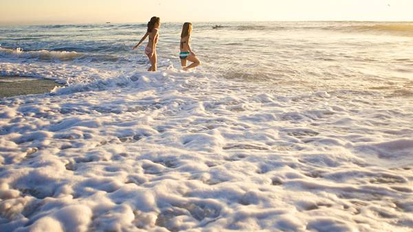07.夕日の波打ち際で遊ぶ女の子たちの綺麗な写真壁紙画像