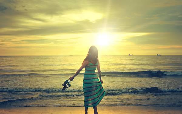 08.渚に佇む女性の後姿を撮影した高解像度な写真壁紙画像