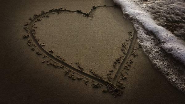 10.波打ち際の砂浜に描かれたハートの可愛い写真壁紙画像