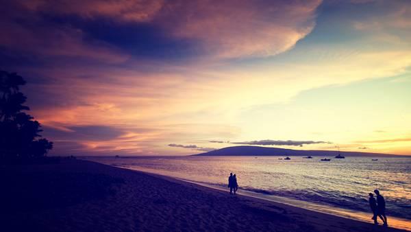 12.夕暮れ時の渚を歩く人達の美しい写真壁紙画像