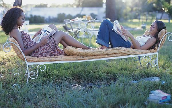 01.ソファーベッドの上で本を読む二人の女性の写真壁紙画像