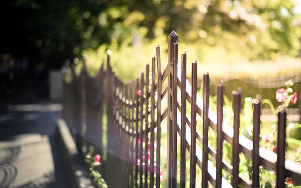 03.公園のフェンスを浅い被写界深度で撮影した綺麗な写真壁紙画像