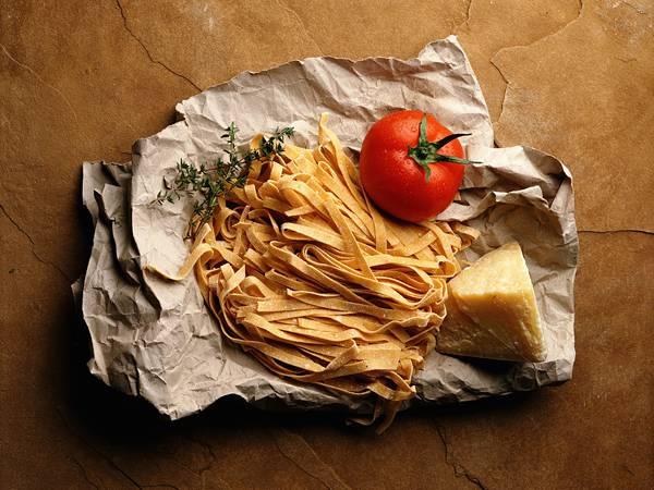 03.フェットチーネとトマトとチーズの綺麗な写真壁紙画像