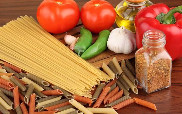 07.カラフルなパスタや野菜と調味料を並べて撮影した綺麗な写真壁紙画像