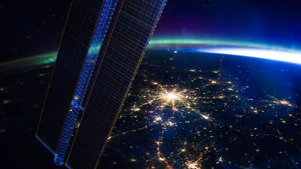 04.人工衛星と夜の地球の明かりをデザインした美しい壁紙画像