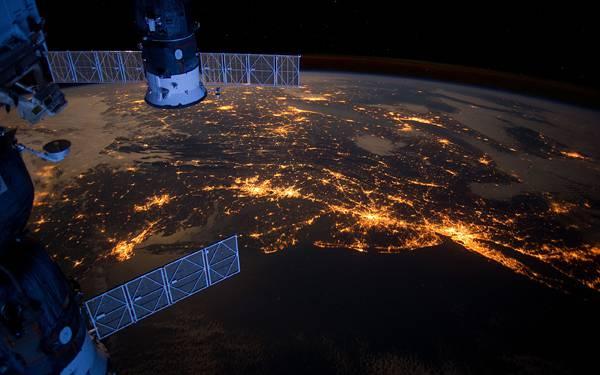 05.人工衛星と地球のオレンジ色の明かりを撮影した美しい写真壁紙画像