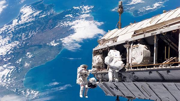 06.宇宙ステーションと宇宙飛行士を撮影した綺麗な写真壁紙画像