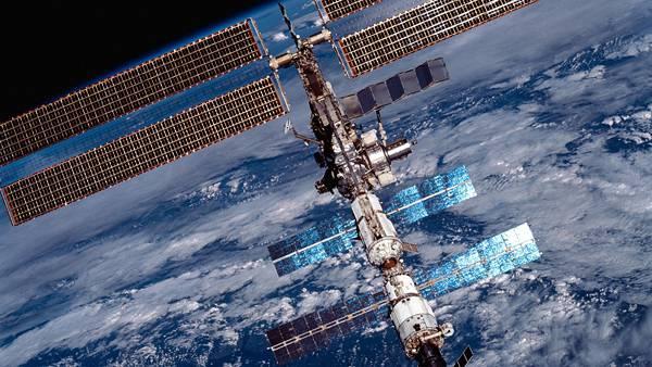 07.大きなソーラーパネルをつけた人工衛星のカッコイイ写真壁紙画像