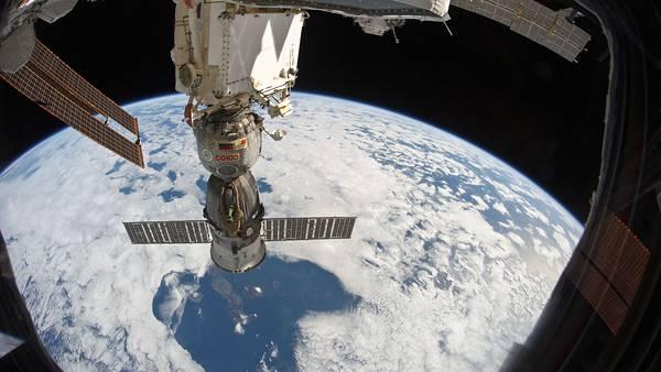 08.宇宙船の窓から見た宇宙ステーションの写真壁紙画像