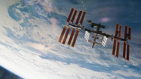 09.青い地球をバックに宇宙ステーションを撮影した綺麗な写真壁紙画像