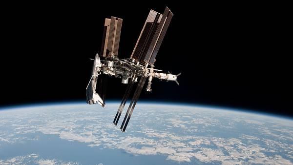 10.スペースシャトルとドッキングした宇宙ステーションの写真壁紙画像