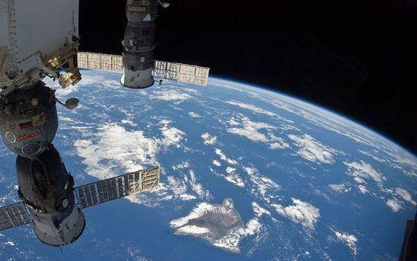 11.真っ暗な宇宙に浮か地球と人工衛星のカッコイイ写真壁紙画像