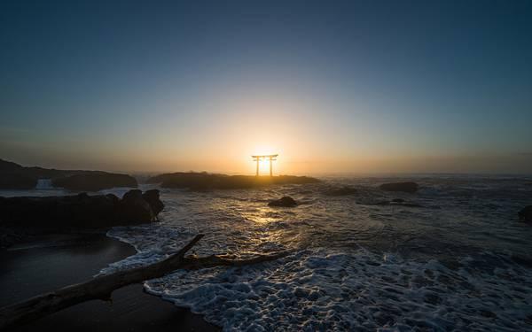 07.海岸の向こうから上る朝日と鳥居の写真壁紙画像