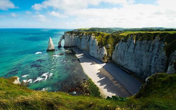 09.エメラルドグリーンの海と岩石海岸のハイクオリティな写真壁紙画像